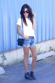 CLOTHES: MONROW tee / Free People Shorts / Report Boots  ACCESSORIES: Linea Pelle Bag c/o / JewelMint Ring c/o
