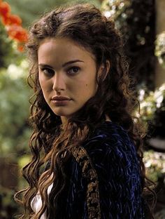 Queen Amidala - Star Wars - Natalie Portman- she is absolutely stunning! Star Wars Padme, Amidala Star Wars, Queen Amidala, Padmé Amidala, Film Star Wars, Star Trek, Princesse Amidala, Anakin And Padme, Star Wars Personajes