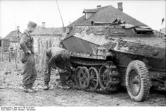 Bundesarchiv Bild 101I-140-1210-26A, Russland-Mitte, Schützenpanzer im Schlamm - Operation Barbarossa