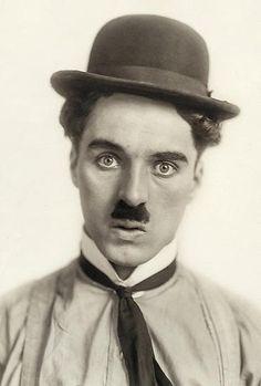Wenig später kommen wir der Sache schon näher: Charlie Chaplin (hier etwa 1914) war und ist einer der bekanntesten Filmemacher der Welt, der noch heute Menschen weltweit zum Lachen bringt.