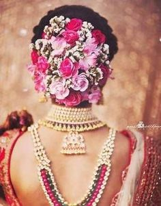 Check out floral hair trends here. Best bridal hairstyles for this wedding season. Trending floral hair buns and floral braids to look for. Bridal Hairstyle Indian Wedding, Bridal Hair Buns, Bridal Hairdo, Wedding Braids, Hairdo Wedding, Indian Wedding Hairstyles, Bride Hairstyles, Trendy Hairstyles, Ethnic Hairstyles