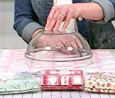 How to Make Fabric Bowl Covers - Sewing Tutorial Small Sewing Projects, Sewing Projects For Beginners, Sewing Hacks, Sewing Tutorials, Fabric Crafts, Sewing Crafts, Cotton Bowl, Sewing To Sell, Fabric Bowls