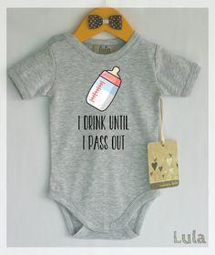 Lustige Babykleidung. Ich trinke, bis ich ohnmächtig. Baby-Flasche-Strampler. Vielen Farben erhältlich.