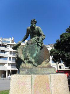 Estátua do Salva-vidas de Henrique Moreira na Praia do Molhe