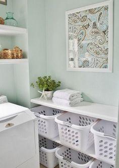 Praktiskt med förvaring för många tvättkorgar