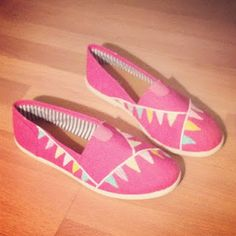 Salty Sisters: Hand Painted Shoes Painted Toms, Hand Painted Shoes, Shoe Art, Crazy Shoes, Daughters, Tennis, Sisters, Crafting, Craft Ideas