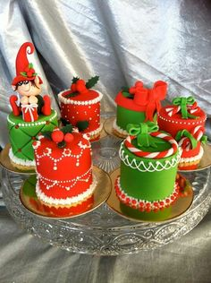 Mini Christmas cakes - Mini-Weihnachtskuchen Artes y manualida Mini Christmas Cakes, Christmas Themed Cake, Christmas Cake Decorations, Christmas Gift Baskets, Christmas Sweets, Christmas Minis, Holiday Cakes, Christmas Goodies, Diy Christmas Gifts