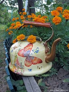 31 Cheap And Easy Backyard Ideas - gardenfuzzgarden Decoupage Vintage, Painted Milk Cans, Vintage Enamelware, Paper Crafts Origami, Teapots And Cups, Teacups, Tole Painting, Watering Can, Tea Set