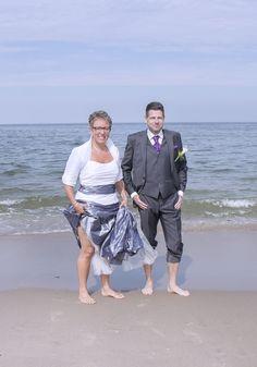 Fun at the beach #funnywedddingpictures #gekkebruidsfoto