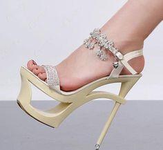 Bilek kısmı taşlarla süslenmiş beyaz şık bir ayakkabı modeli... click on pic to see more