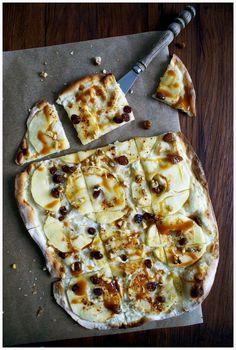 Gebacken auf einem Pizzastein. Süßer Flammkuchen mit Karamell, Walnüssen und Äpfel. Das besondere – mit Mark einer Vanilleschote oder ein paar Tropfen Vanillearoma verfeinern. Gefunden auf dem Blog: complimenttothechef.com.