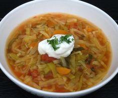 Skær grøntsagerne i tern eller strimler. Kom grønsagerne i en gryde og hæld hakkede tomater og vand over. Kom bouillonterningen i og tilsæt salt og krydderier. Kog suppen i ca. 30 minutter, der skal stadig være lidt bid i grøntsagerne. Server suppen med flutes. 400 g hvidkål 1 porre 2 stængler blegselleri 3 gulerødder 1 løg 1 ds. hakkede tomater (400 g) 2 ds. vand (8 dl) 1 hønsebouillonterning 1 tsk. karry 1 tsk. oregano Salt, cayennepeber og chiliflager efter smag Tilbehør: Flutes Creme Fraiche, Thai Red Curry, Ethnic Recipes, Soups, Keto, Soup