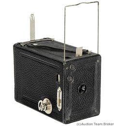 Contessa-Nettel: Costa Box camera, exposures on rollfilm, box-type camera. Old Cameras, Vintage Cameras, Retro Camera, Camera Obscura, Costa, Camera Photography, Best Camera, Retro Vintage, Photo Lens