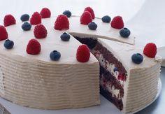 Ingen fødselsdagsfest uden lagkage. Til vores har Morten Heiberg lavet en klassiker med et twist – og vi glæder os til at sætte tænderne i lagkagen med chokoladebunde, lakridscreme og friske bær ...