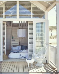 Inside view - beach house interior - Maison Belle - Interior advice - Look inside – beach house interior Beach Cottage Style, Beach House Decor, Home Decor, Coastal Style, Style At Home, Coastal Homes, Coastal Living, Beach Shack, Beach Cottages