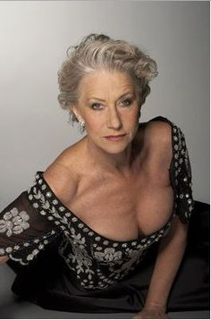 Helen Mirren is a Sex Symbol Beautiful Old Woman, Gorgeous Women, Sexy Older Women, Old Women, Dame Helen, Ageless Beauty, Female Actresses, Aging Gracefully, Bikini Photos