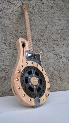 Cigar box handmade ultimate Gdg tuning Pine hollow body from the north Oak guitar handle Button 17 frets in Beech. Disc brake motorcycle 1 humbucker 1 piezo 1 volume 1 tone