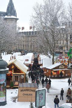 Origineel: bezoek eens een kerstmarkt in Frankrijk! De Lorraine is dichtbij en in steden als Metz, Nancy, Plombières-les-Bains en Epinal kun je heerlijk sfeerproeven. Kerst in Metz Eén kerstmarkt die je niet mag overslaan is die van Metz. Nog tot 28 december wordt het centrum omgetoverd tot een kerstdorp: op verschillende pleinen staan kerstmarkten metLees meer Times Square, City, Travel, Viajes, Cities, Trips, Tourism, Traveling