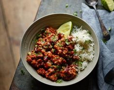 Joe Wicks' - aka The Body Coach - Bad Boy Chilli Con CarneThis dish will serve a small army, so throw any leftovers in the freezer and eat later. Bodycoach Recipes, Joe Wicks Recipes, Mince Recipes, Chilli Recipes, Mexican Food Recipes, Cooking Recipes, Healthy Recipes, Savoury Recipes, Healthy Dinners