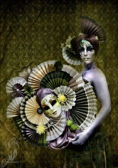 Máscara veneciana hecha a mano por www.artecarlofranco.com elaborada con abanicos de seda y tafetán