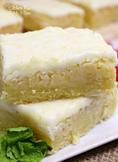 Lemon Brownies are my new favorite dessert. Topped with a delicious lemon glaze,… Lemon Brownies are my new favorite dessert. Topped with a delicious lemon glaze, they are just the right mix of fresh lemon and sweetness. Lemon Desserts, Lemon Recipes, Köstliche Desserts, Delicious Desserts, Dessert Recipes, Brownie Desserts, Blueberry Recipes, Icing Recipes, Cheesecake Desserts
