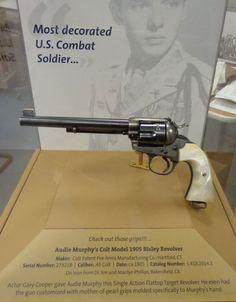 Revólver de Audie Murphy que le dió Gary Cooper. Se encuentra en el Museo Cody de Armas del Buffalo Bill Center of the West.