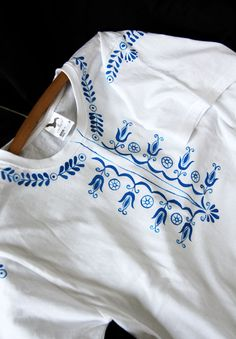 Košelo-tričko+Triko+zdobené+kombinovanou+technikou+autorským+potiskem+a+malováním.+Trička+jsou+dostupné+v+různých+barvách+a+velikostech.+ozvěte+se+mi+přes+poštu,+je+možné+vyhotovit+i+pánské+i+dámské+tričko+technika:+potisk,+malování.+Některé+trička+dělám+čistě+malováním.+Podle+toho+jakou+velikost+potřebujete,+mohu+pro+vás+tričko+proměřit+..+udržba:+může+se...