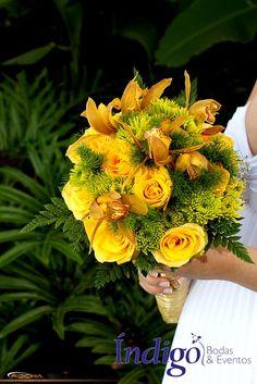 Bouquet o ramo de novia en tonos amarillos con rosas y orquideas. #Bouquet #RamoNovia #BodaÍndigo  http://www.indigobodasyeventos.com