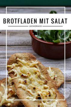 Brotfladen mit Zwiebeln und Speck und Feldsalat