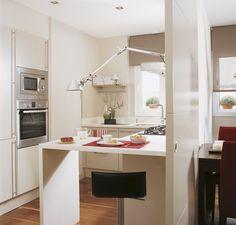 Puerta corredera  Para ganar espacio para una barra de desayunos, la puerta de acceso es corredera.