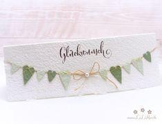 Wunderschöne, handgemachte Grusskarte zum Muttertag aus handgeschöpftem Papier aus eigener Herstellung. Wählen Sie aus vielen Farben, Titeln und weiteren Extra's und konfigurieren Sie so eine einzigartige und liebevoll gestaltete Muttertagskarte. #muttertagskarte #grusskarte #muttertag #liebendank #dankeskarte #herzen #wimpelkette #wimpel #handmade #lilimo #handgeschöpft #grün