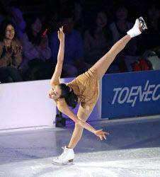 アイスショーで演技する浅田真央(24日、愛・地球博記念公園アイススケート場)=共同