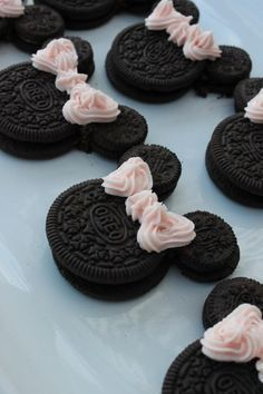 -- How cute are these? Oreo Minnie Mouse - Party Minnie Mouse birthday food and decorations ideas Comida Disney, Disney Food, Disney Desserts, Disney Snacks, Fancy Desserts, Valentines Day Cookies, Homemade Valentines, Minnie Birthday, Birthday Parties