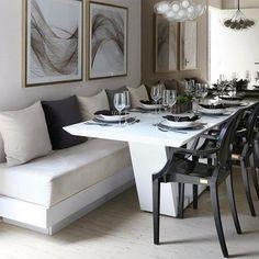 O banco estofado otimiza espaço e dá um tom contemporâneo à decoração da sala de jantar! (decoração de interiores Chris Silveira) / canto alemão mesa de jantar com banvo