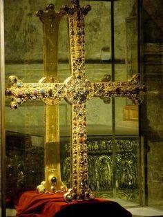 Het Cruz de la Victoria, hier tentoongesteld in de Camara Santa (Kathedraal van Oveido).   La Croce della Vittoria è un gioiello dell'arte asturiana preromanica, conservata nella Sacrestia della Cattedrale del Salvatore di Oviedo e divenuta il simbolo delle Asturie.  Si tratta di una croce latina di legno di quercia rivestita d'oro e di pietre preziose. Le braccia si allargano alle estremità e nel suo centro è situato un reliquiario.