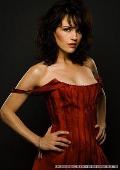 赤いドレスが素敵なカーラ・グギノ