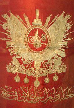 Osmanli arma-tuğra Sancağı y. 1887 Hicri 1303 II.Abdülhamid Han Sultan döneminde Ottoman Flag, Ottoman Empire, History Of Calligraphy, Islamic Calligraphy, The Last Legion, Sultan Ottoman, Ottoman Turks, Military Art, Rare Photos