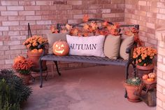 Halloween decorations ~ this is perfect for the front porch ❤️ Check out the outdoor decorations.AWESOM Halloween decorations ~ this is perfect for the front porch ❤️ Check out the outdoor decorations. Fall Home Decor, Autumn Home, Fall Yard Decor, Adornos Halloween, Bench Decor, Autumn Decorating, Decorating Ideas, Front Porch Decorating For Fall, Halloween Decorations