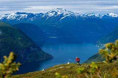 No inverno, os Alpes Sunnmore é uma região procurada para passeios de esqui. As montanhas da região são íngremes e elas ficam com até 10 metros de altura de neve a cada inverno. Não admira que houvesse alguma neve quando Janne Tjärnström visitou a região no final de julho, verão no hemisfério norte.