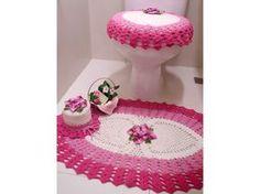 Jogo de banheiro de crochê em degradê composto por: <br>* 01 tapete oval de 85 x 55 cm <br>* 01 tampa para vaso <br>* 01 porta papel higiênico para 1 unidade <br> <br>Confeccionado com barbante cru, barbante colorido rosa e pink e barbante multicolorido bordô e verde. <br> <br>Pode ser feito sob encomenda nas cores de sua preferência, consulte mostruário de cores. <br>E caso queira com mais peças, entre em contato para solicitar orçamento.