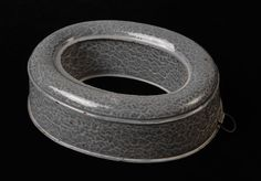 oval rice edge of gray clouded enamel 1910 Unusual Things, Old Things, Grey Clouds, Baking Tins, Black Trim, Vintage Kitchen, Pewter, Red And White, Gray Granite