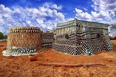 Gurunsi_tribe. El pueblo Kassena pertenece a un subconjunto más grande de gentes que habita el sur de Burkina Faso y norte de Ghana, conocido como Gurunsi.