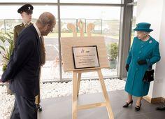 """La Reine Elizabeth II et le Prince Philip, duc d'Édimbourg ont visité une nouvelle usine moteur """" le Land Rover Jaguar Engine Manufacturing Centre """" à Wolverhampton et dans le même secteur une usine de fabrication de timbres."""