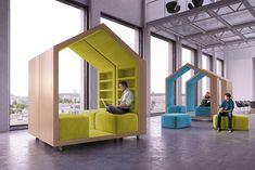 Estaciones modulares móviles recrean la sensación de la clásica ''casa en el árbol'' para crear instancias informales de trabajo y descanso.