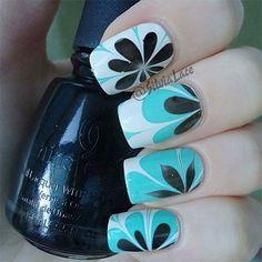 Uñas decoradas con flores y azul