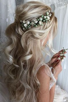 36 Chic Looks With Elegant Wedding Hairstyles Do you prefer a minimalist look? You don't have to skip looking stylish. Discover tons of elegant wedding hairstyles for the simple bride. Elegant Wedding Hair, Wedding Hair Flowers, Flowers In Hair, Wedding Updo, Gown Wedding, Lace Wedding, Wedding Cakes, Wedding Rings, Wedding Dresses