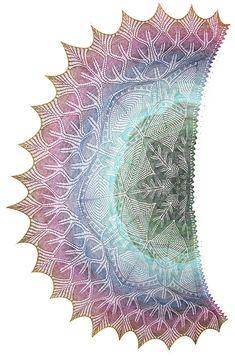 Midian, la papesse de la dentelle  de multiples châles qu'elle a tricotés