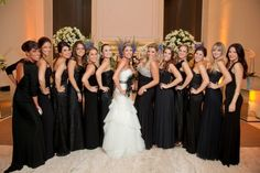 Madrinhas de preto, sim! Fica lindo e contrasta com a noiva