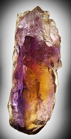 L'amétrine désigne une variété gemme de quartz qui n'est pas une variété d'améthyste mais un mélange de citrine et d'améthyste.