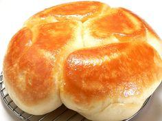 巷で人気の塩パンを炊飯器で作ります。底がパリッと香ばしく焼けていて、上がふわふわです。パリパリ&ふわふわで、市販の塩パンとは少し違った食感ですが味は絶品です。生地は冷蔵庫でゆっくり発酵させました。